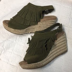 Minnetonka Ashley Wedge Sandal Fall Green Sz 6